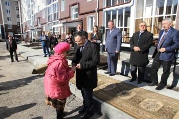 Министр строительства РТ вручил жителям аварийных домов ключи от новых квартир