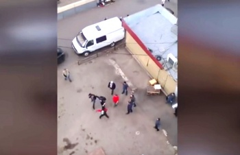 Видео нападения на полицейского при сносе ларька в Казани попало в Сеть