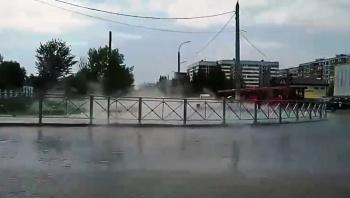 «Причина аварии – износ тепловода»: в мэрии пояснили, почему на ул. Мусина забил фонтан