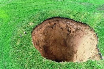 В Нижегородской области провалилась земля: в гигантской воронке уместится 18-этажка!