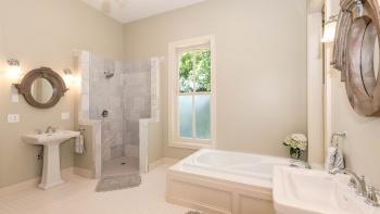 Преимущества душевых уголков по сравнению с душ-кабинами и ванными