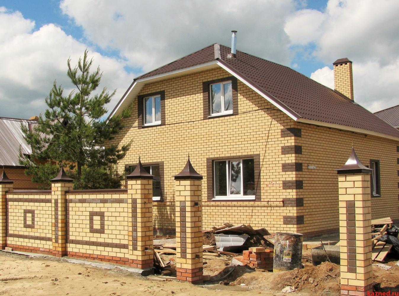 шатровой дом из желтого и коричневого кирпича фото можно